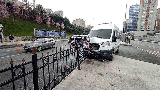 İstanbulda polis minibüsü kaza yaptı