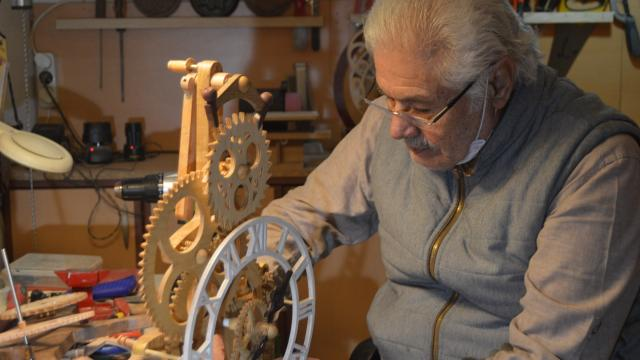 Afyonkarahisarlı emekli Harbi, tamir için getirilen İsviçre saatinden etkilenerek, kendi adıyla saat üretmeye başladı