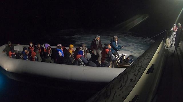 Lastik botları sürüklenen 102 sığınmacı kurtarıldı