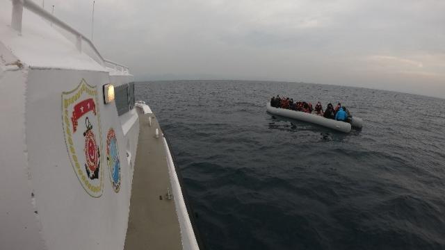 Ayvalık açıklarında Türk kara sularına geri itilen 44 sığınmacı kurtarıldı