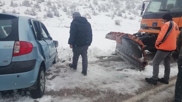 Direksiyon hakimiyetini kaybetti, kar küreme aracına çarptı