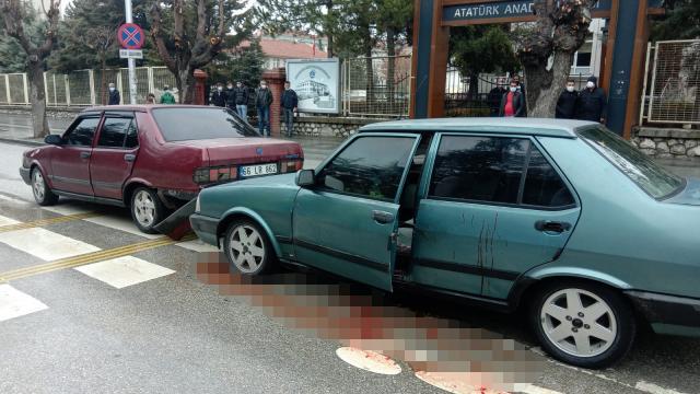 Çorumda boşanma davasından çıkan koca aracıyla eşinin bulunduğu otomobile çarptı