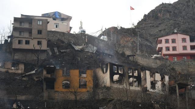 Yusufelindeki köyde çok sayıda binaya sıçrayan yangın tamamen söndürüldü