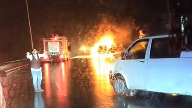 İstanbulda otomobil yandı, trafik durdu