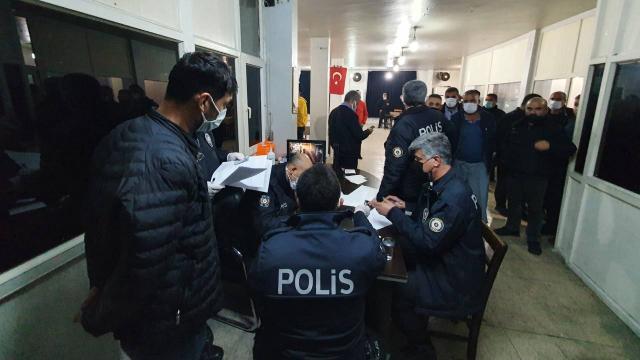 Kısıtlamayı ihlal edip, kahvehanede yakalanan 37 kişiye para cezası