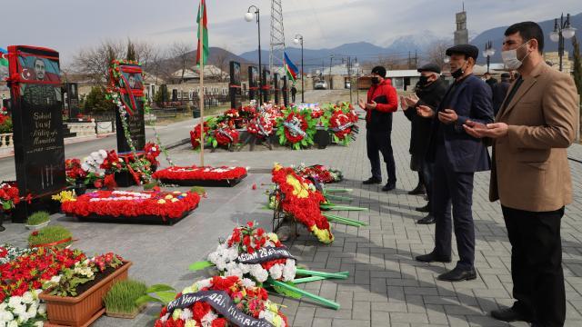 Azerbaycanlılar Nevruzda şehitlikleri ziyaret etti