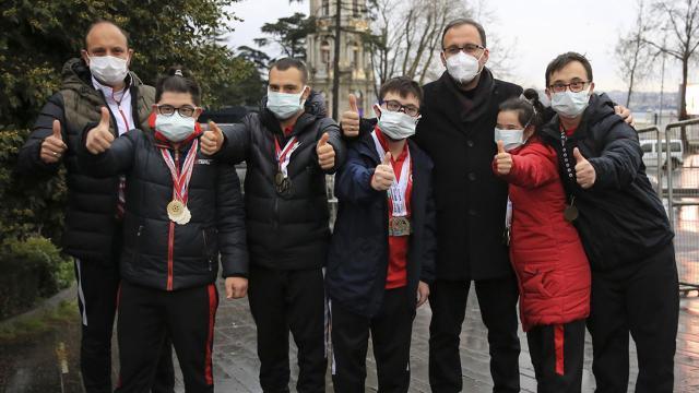 Bakan Kasapoğlu derbiyi özel sporcularla izledi