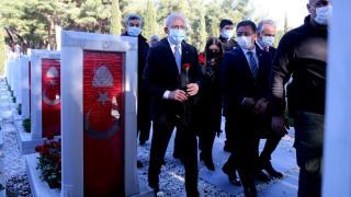 Kılıçdaroğlu, Şehitler Abidesi'ni ziyaret etti