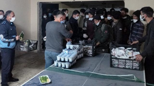 Yolcu otobüsünde 82 düzensiz göçmen yakalandı