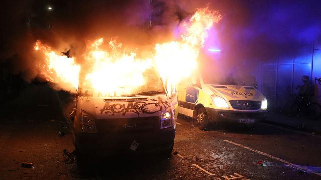 İngilterede sokaklar yangın yerine döndü
