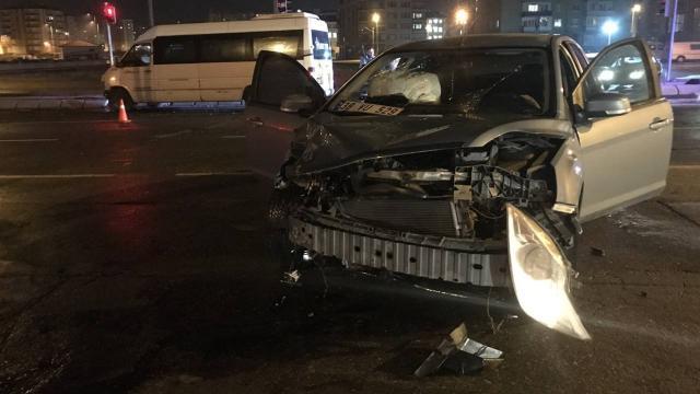 Kayseride minibüs ile otomobil çarpıştı: 5 yaralı