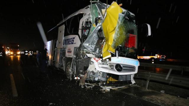 Yolcu otobüsü arızalanan kamyona çarptı: 3 yaralı