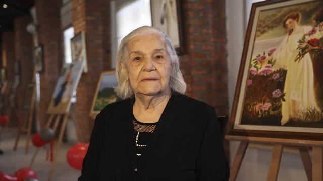 91 yaşındaki kadın hayalini kurduğu ilk resim sergisini açtı