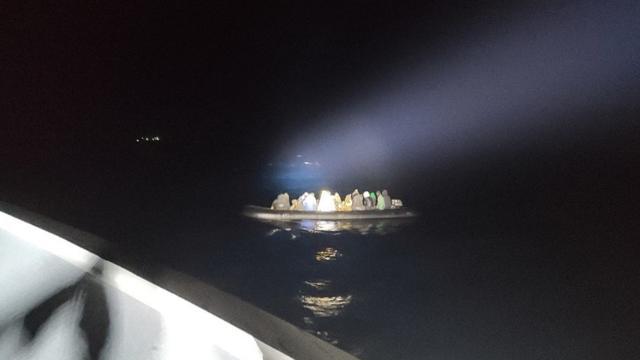 İzmir açıklarında Türk kara sularına itilen 53 sığınmacı kurtarıldı