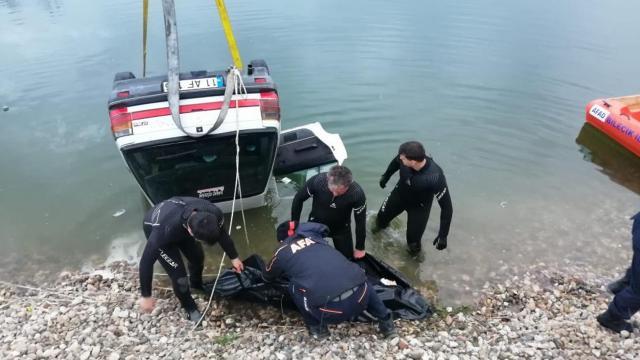 Kum ocağı göletine düşen otomobildeki 2 kişi hayatını kaybetti
