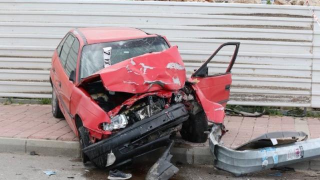 Makas atan sürücü motosiklet ve yayalara çarptı: 1 ölü