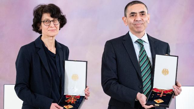 BioNTechin kurucu ortakları Şahin ve Türeci, Berlin Büyükelçisi Aydını ziyaret etti