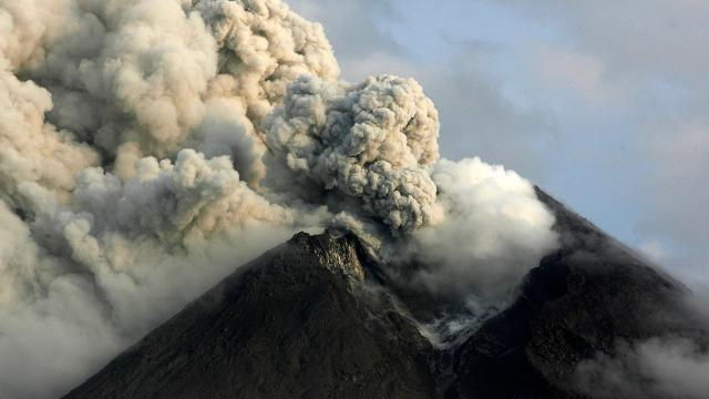 Merapi Yanardağında patlama: Turuncu alarm verildi