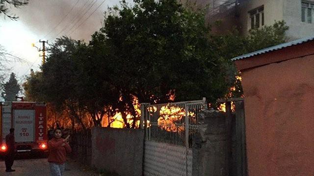 Marangozhanede çıkan yangın eve sıçradı: Mahsur kalan 3 kişi kurtarıldı