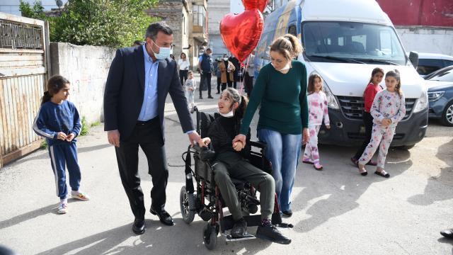Yüreğir Belediyesinden engelli gence akülü tekerlekli sandalye hediye edildi