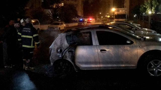 Adanada iki otomobil kundaklandı
