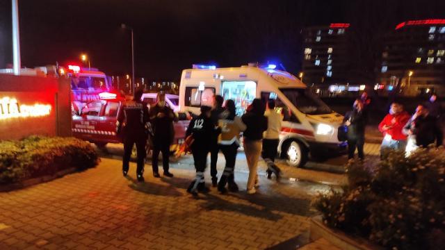 İzmirde elektrik direğinden düşen kişi yaralandı