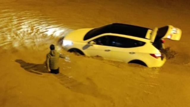 Bingölde yollar göle döndü, evleri su bastı