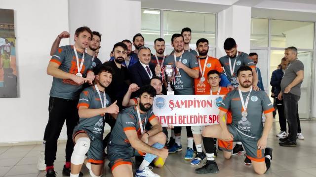 Develi Belediyespor şampiyonluk kupasını kaldırdı