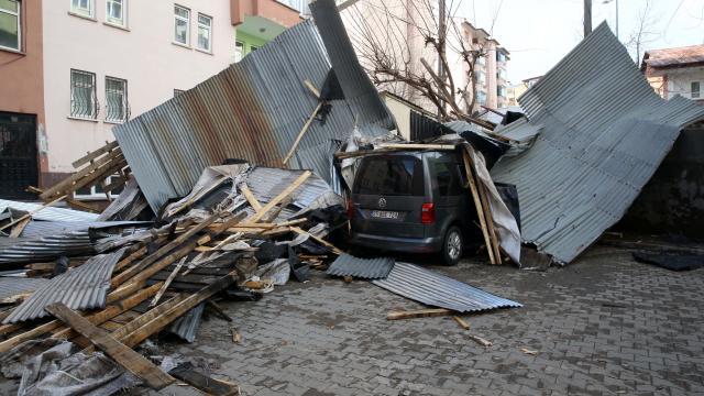 Doğuda 4 ilde kuvvetli sağanak ve fırtına hasara yol açtı