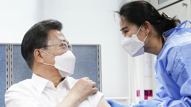 Güney Kore Cumhurbaşkanı tartışmaların odağındaki aşıyı oldu