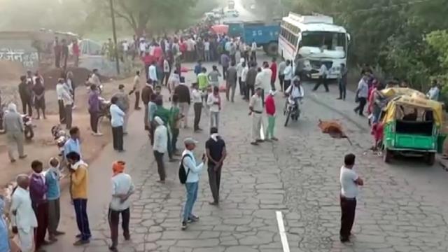 Hindistanda minibüsle tuk tuk çarpıştı: 13 ölü