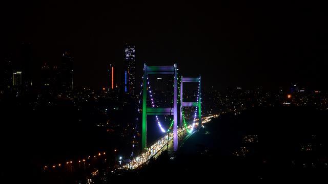 İstanbulun köprüleri yeşil ve beyazla aydınlatıldı