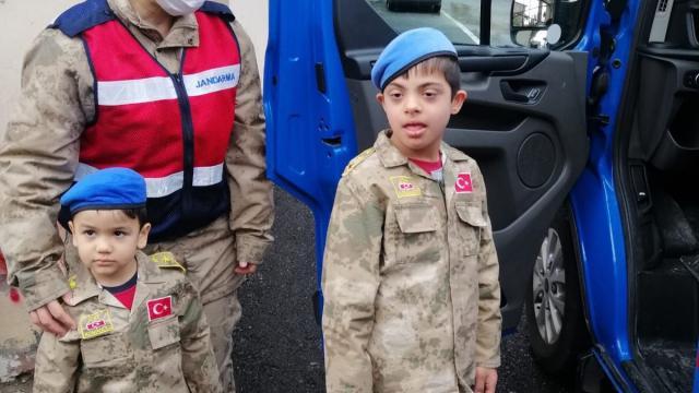 Hatayda Jandarma down sendromlu çocuğa üniforma hediye etti