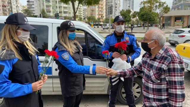 Adana polisi, sokakta ve pazarda yaşlılara karanfil dağıttı