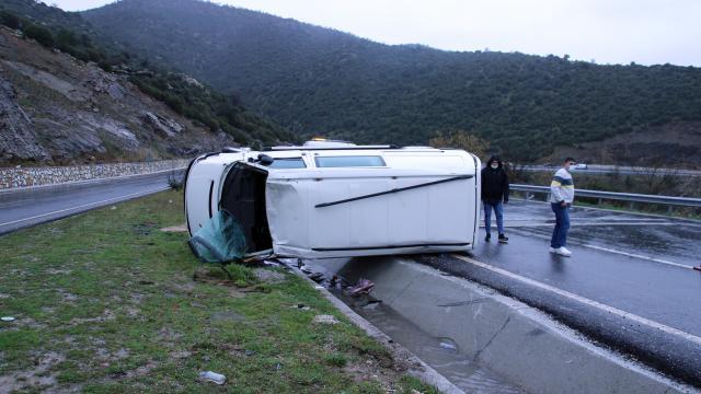 Uşakta minibüs devrildi: 3 yaralı