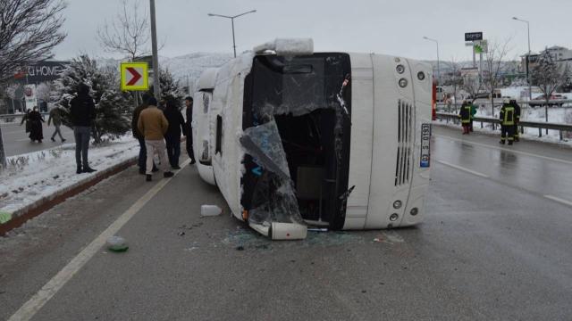 Afyonkarahisarda servis otobüsü devrildi: 10 yaralı