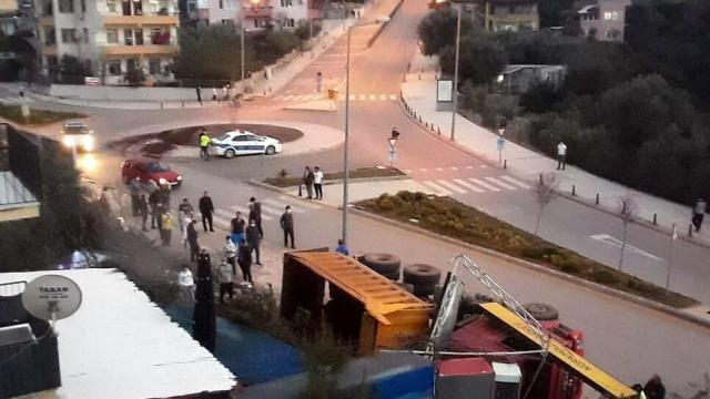 Muğlada Hafriyat yüklü kamyon devrildi