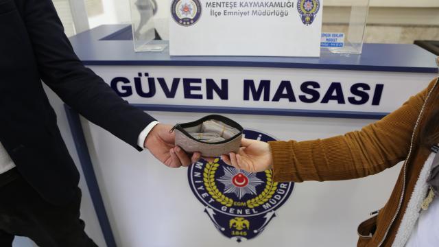 Muğlada bir kişi yolda bulduğu 14 bin 900 lirayı sahibine teslim etti