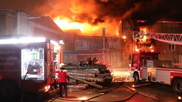 Sakaryada mobilyacılar çarşısında yangın: 4 iş yeri kül oldu