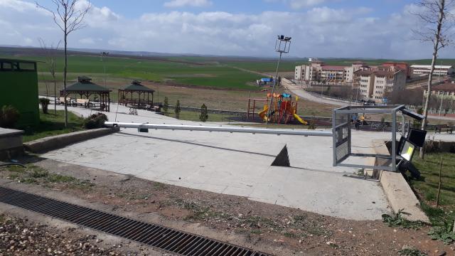 Diyarbakırda şiddetli rüzgar nedeniyle elektrik direkleri devrildi
