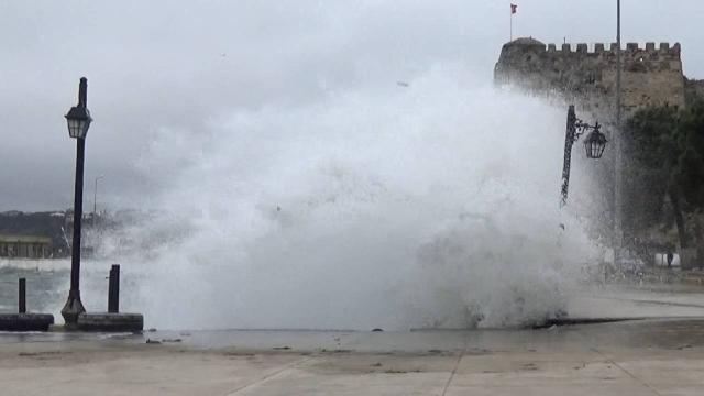 Sinopta fırtına dev dalgalara neden oldu