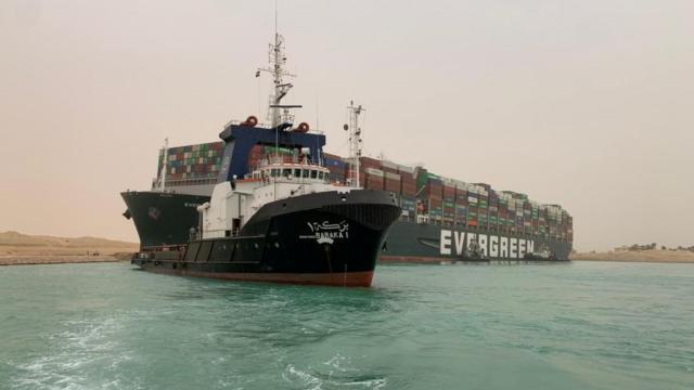 Süveyş Kanalında karaya oturan geminin şirketi özür diledi