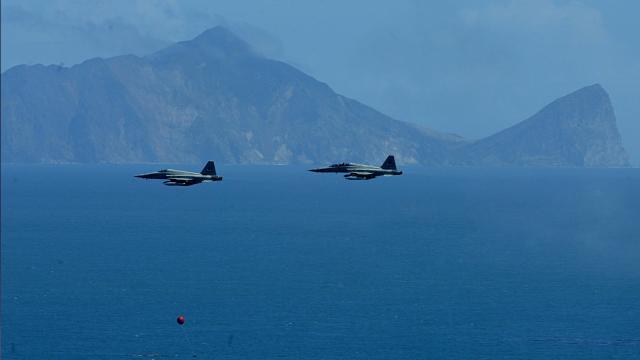Tayvanda iki savaş uçağı havada çarpışarak okyanusa düştü