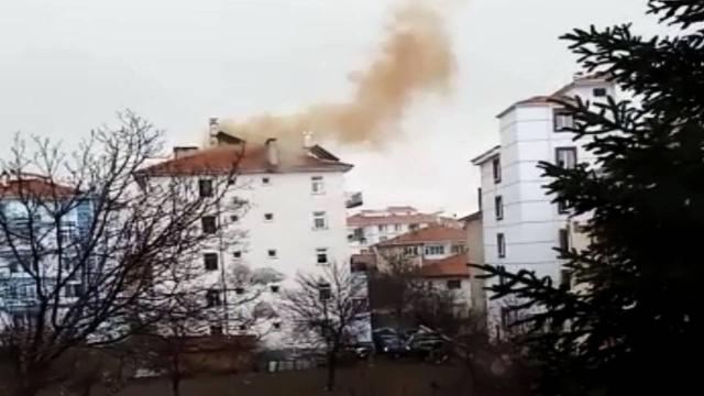 Çubukta apartmanın çatısına yıldırım düştü
