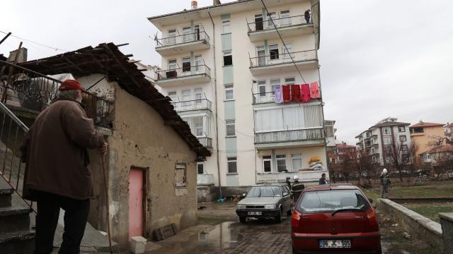 Ankarada 5 katlı apartmanın çatısına isabet eden yıldırım hasara neden oldu