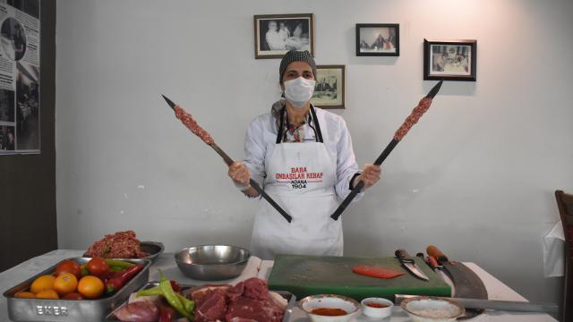 Kuaförlüğü bırakıp lokanta açan kadın usta, Adana kebabına lezzet katıyor