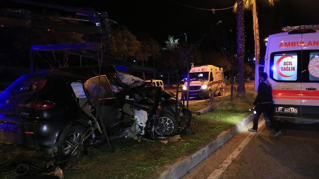 Adanada otomobil refüjdeki ağaçlara çarptı: 3 yaralı