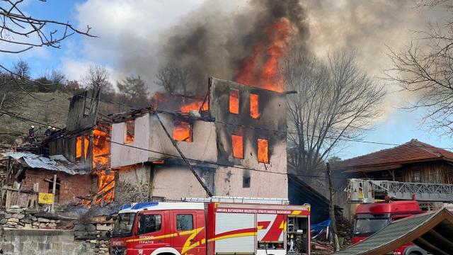 3 katlı ahşap evde yangın