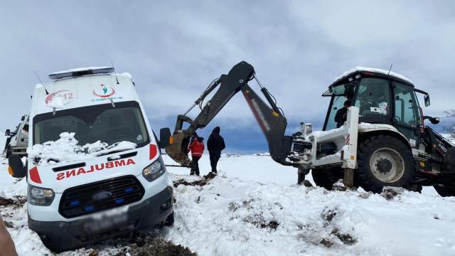 Bingölde hasta almaya giden ambulans kara saplandı