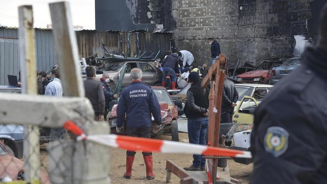 Hurda araçların yandığı alanda bir kişinin cenazesine ulaşıldı